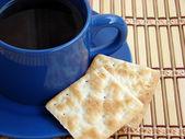 Bliska filiżankę herbaty z 2 krakersy — Zdjęcie stockowe