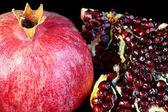 Granátové jablko na černém pozadí. — Stock fotografie