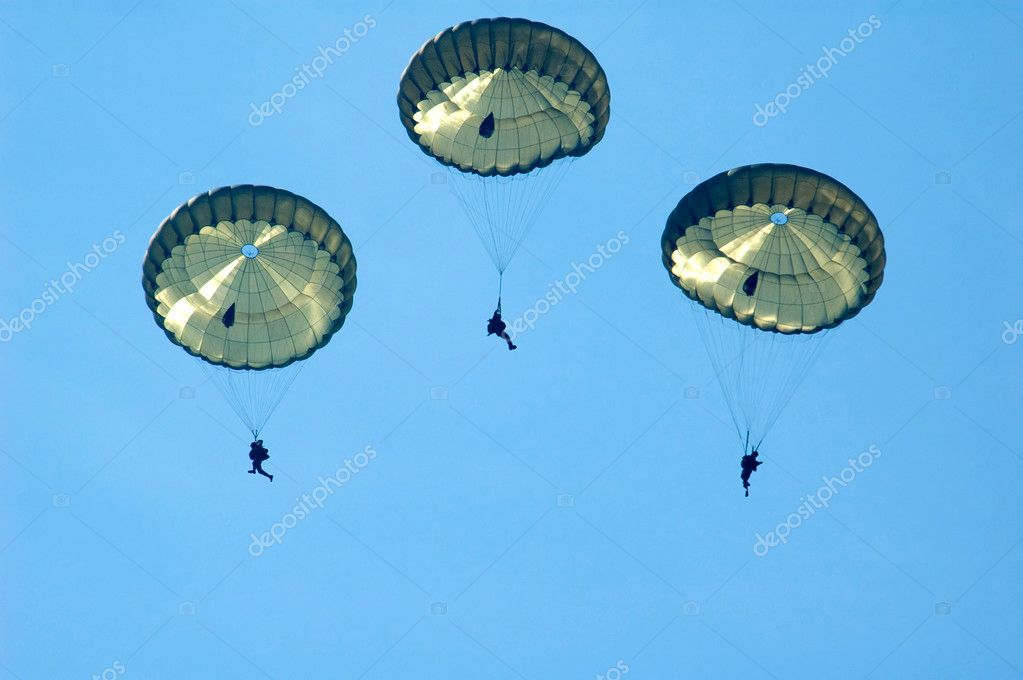 Three paratroopers against a blue sky — Stock Photo #2490050