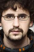 年轻男子戴着眼镜看严重 — 图库照片