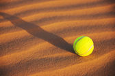 Tenis topu kum — Stok fotoğraf