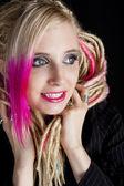 Mladá žena s dredy — Stock fotografie