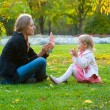 Mother and daughter play in the park — Foto Stock