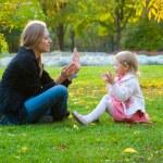 madre e hija juegan en el parque — Foto de Stock