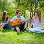 zpívání v parku — Stock fotografie