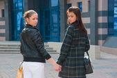две счастливые молодые девушки в городе — Стоковое фото