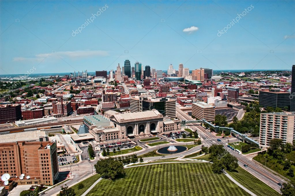 This is a skyline view of Downtown Kansas City. This photo contains most of the key landmark areas that has made Kansas City into such a popular tourist area. — Stock Photo #2440048