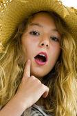 Dospívající dívka s papírový klobouček — Stock fotografie