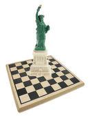 Socha svobody a šachy — Stock fotografie