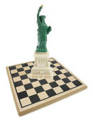 Standbeeld van vrijheid en schaken bestuur — Stockfoto