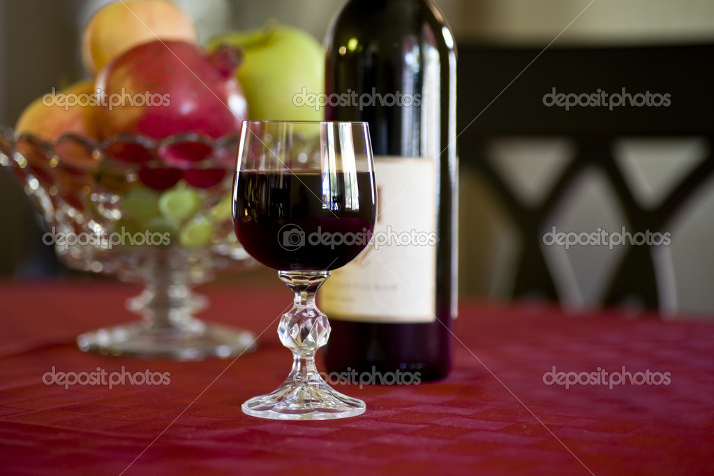 Heart Healthy Red Wine Glass, Bottle and Fruit Bowl — Stock Photo #2586127