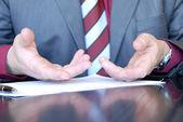 Biznesmen ręce, wyjaśniając — Zdjęcie stockowe