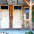Old wooden doors abandoned house — Stock Photo