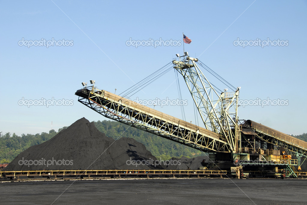 Large Industrial Machine used to Load Coal into Trains, Barges and Trucks — Stock Photo #2601490