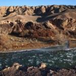 Ice floe in desert mountain river — Stock Photo