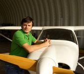 Giovane uomo accanto al piccolo aeroplano — Foto Stock