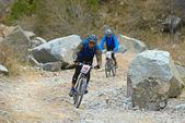 Discesa di due biker sulla vecchia strada rurale nel deserto — Foto Stock