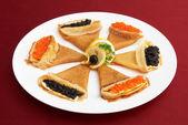 Kırmızı ve siyah karaca ile pancakes — Stok fotoğraf