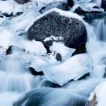 Cascades kışın dağ Nehri üzerinde — Stok fotoğraf