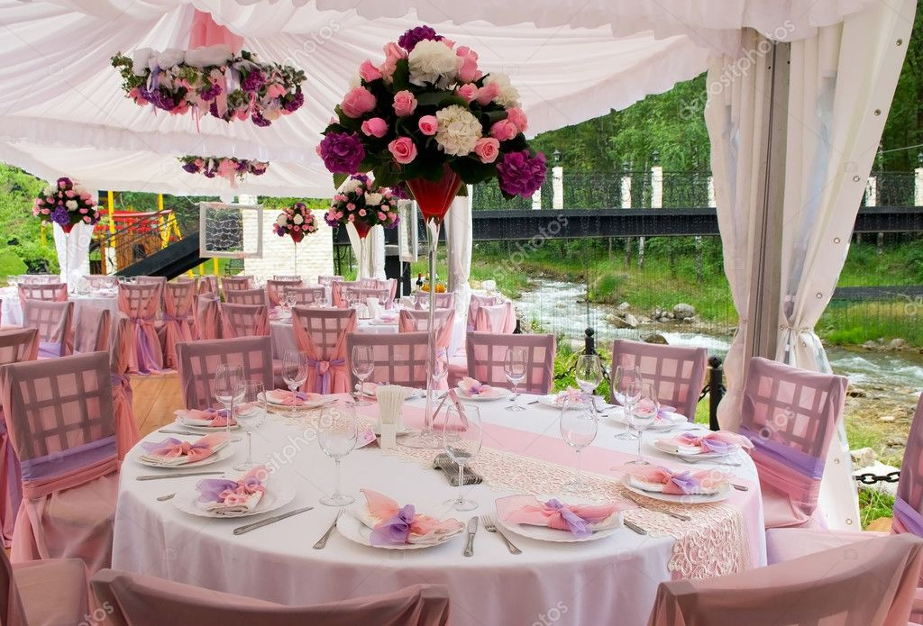Pink wedding tables in outdoor restaurant — Stock Photo #2693855