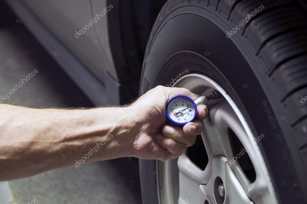 Mechanic checking tire pressure for increased gas mileage — Stok fotoğraf #2641694