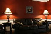 In das wohnzimmer mit einer couch — Stockfoto