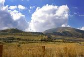 País con montañas — Foto de Stock