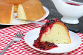 Pound cake and fruit sauce — Stock Photo