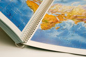 Buch mit karte darauf geöffnet — Stockfoto