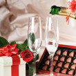 regalo in scatola e champagne — Foto Stock #2653253