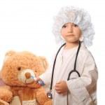 vacker flicka spelar läkare — Stockfoto