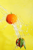 Two tangerines and water splashes — Stock Photo