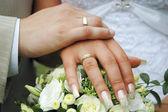 与结婚戒指的手 — 图库照片
