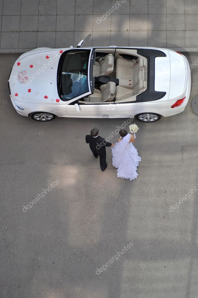 Bride and groom going to white car — Stock Photo #2673506
