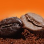 granos de café y los gránulos moler café — Foto de Stock