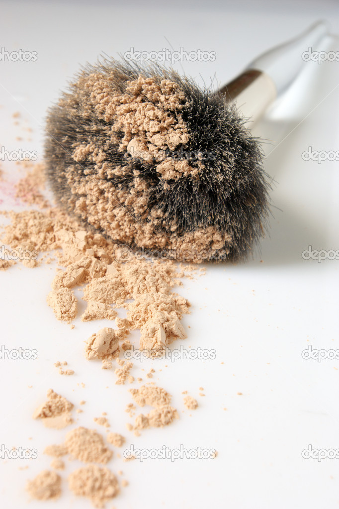 Makeup brush with loose powder close-up. Shallow DOF (tips of brush and powder near). — Stock Photo #2678280