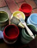 Tarros de pintura con 2 cepillos — Foto de Stock
