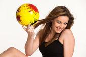 Dziewczynka z piłką żółty — Zdjęcie stockowe