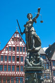 Justitia, bronze-skulptur in frankfurt am main — Stockfoto