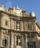 Quatro canti, barokní domy v palermu — Stock fotografie