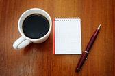 Pluma, cuaderno y café — Foto de Stock
