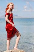Beautiful girl standing on the rock — Stock Photo