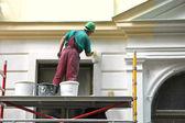 Travaux de restauration. le peintre en bâtiment — Photo