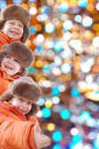 Téli gyerekek színes fények