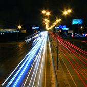 Strada principale di notte con traffico di auto e luci sfocate? lunga esposizione? linee di luce? Risultati velocità