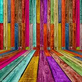 Színes fából készült ággyal
