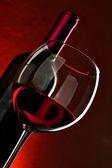 ガラスと赤ワインのボトル