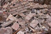 Mucchio di macerie di un edificio distrutto