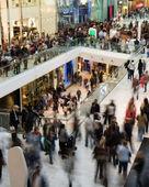 La muchedumbre en el centro comercial