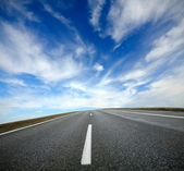 Prázdná cesta s modrou oblohou